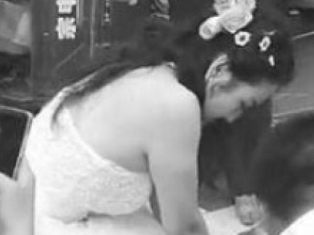 Đang chụp ảnh cưới, cô dâu bỏ mặc chú rể để làm điều này và nhận vô vàn lời khen
