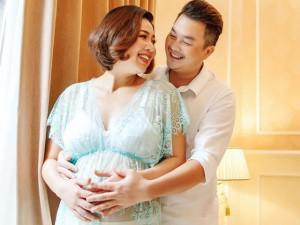 """Lê Khánh bầu to """"vượt mặt"""", tăng cân nhiều vẫn tự tin diện đồ ngủ xuyên thấu bên chồng"""