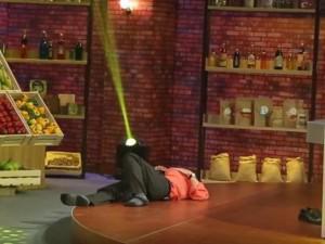 """Hình ảnh không có trên TV: """"Táo Giao Thông"""" Chí Trung nằm lăn ra sàn để ngủ vì quá mệt"""