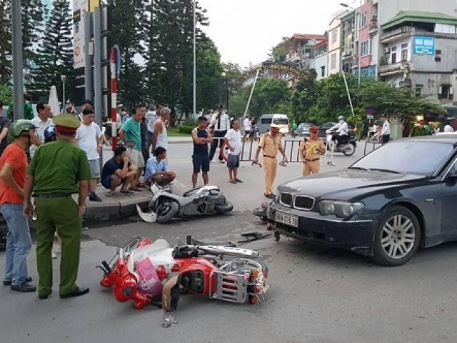 Hà Nội: Nữ tài xế đi xe BMW gây tai nạn liên hoàn, kéo lê cháu bé trên đường