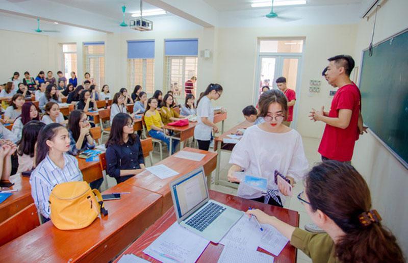 Các tân sinh viên K38 Học viện Báo chí Tuyên truyền tụ họp tại trường để nhập học.