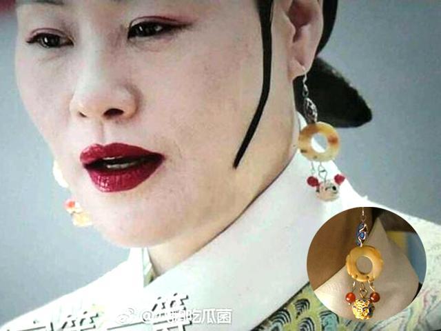 Mẹ của Càn Long Hoắc Kiến Hoa đeo bông tai chuột Mickey: Hóa ra chân tướng là đây!
