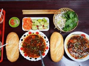 Những quán ăn trong hẻm vừa nhỏ vừa chật nhưng khách vẫn kéo đến nườm nượp ở Sài Gòn
