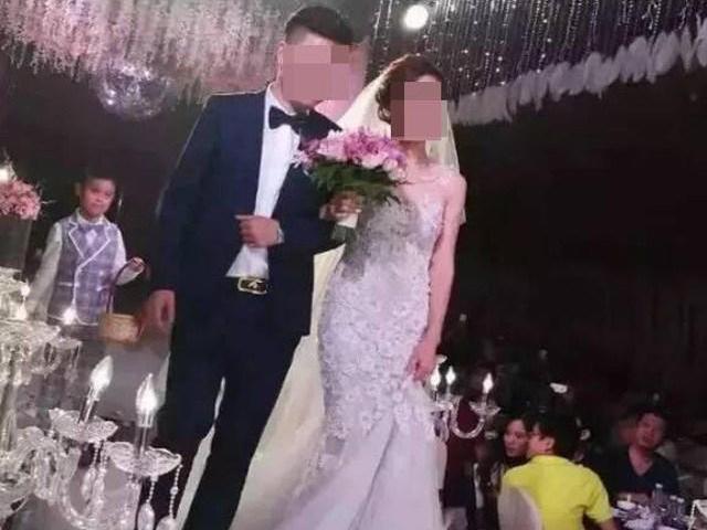Xôn xao đám cưới khủng: Chú rể mang hơn 20 tỷ tiền mặt xếp lên sân khấu tặng cô dâu