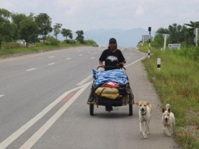 Người đàn ông đi bộ dọc đất nước để rắc tro cốt bạn gái theo tâm nguyện của cô
