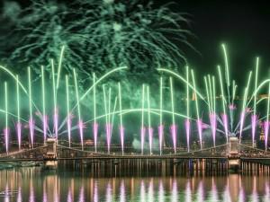 Trầm trồ ngắm màn bắn pháo hoa 20 phút tuyệt diệu bên dòng sông xinh đẹp