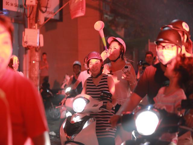 U23 Việt Nam lần đầu vào tứ kết ASIAD, người hâm mộ đổ ra đường xuyên đêm ăn mừng