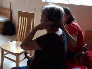 Cô độc giữa gia đình, mẹ già phải bỏ nhà đi ở với… người dưng