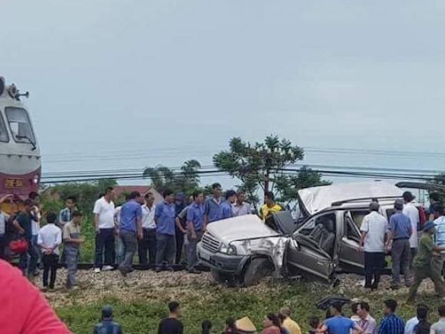 Đi thắp hương ngày rằm, ô tô 7 chỗ bị tàu hoả tông, 4 người thương vong