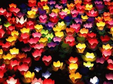 Biển người chen nhau thả hoa đăng Vu Lan ở Sài Gòn