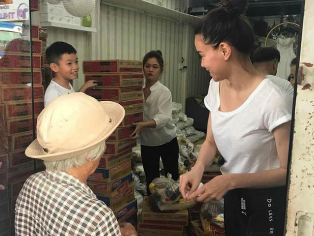 Mới 8 tuổi Subeo đã ga lăng như bố, hăng hái bê đồ giúp mẹ Hồ Ngọc Hà