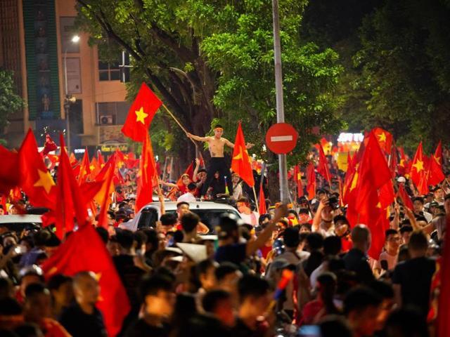 Sau chiến thắng kinh thiên động địa, triệu người đổ ra đường ăn mừng, hô vang Việt Nam vô địch