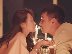 Khả Ngân - Song Luân hôn nhau lãng mạn dưới ánh nến trong Hậu Duệ Mặt Trời Việt