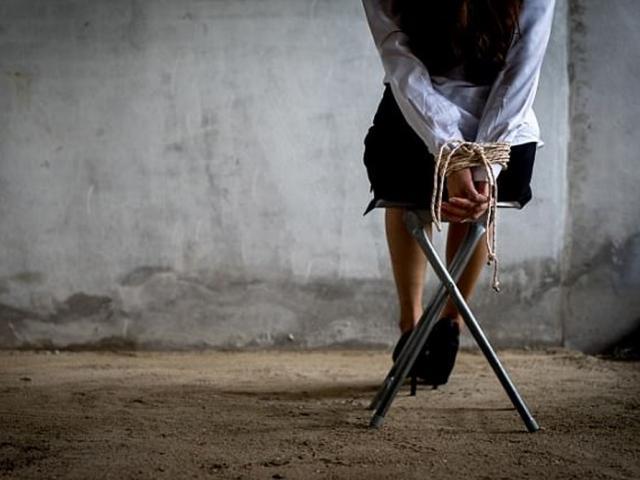 Vợ sốc khi biết chồng giam thiếu nữ 16 tuổi làm nô lệ tình dục trong phòng trọ 3 tháng