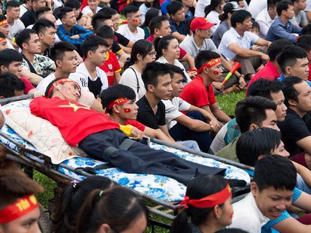 Xúc động hình ảnh người đàn ông khuyết tật chân tay nằm trên xe cáng cổ vũ U23 Việt Nam