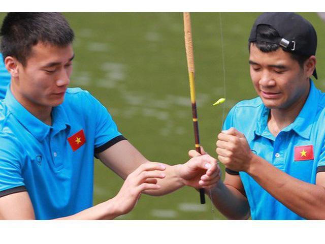 Cầu thủ U23 Việt Nam câu cá thư giãn trước trận tranh Huy chương đồng ASIAD 18
