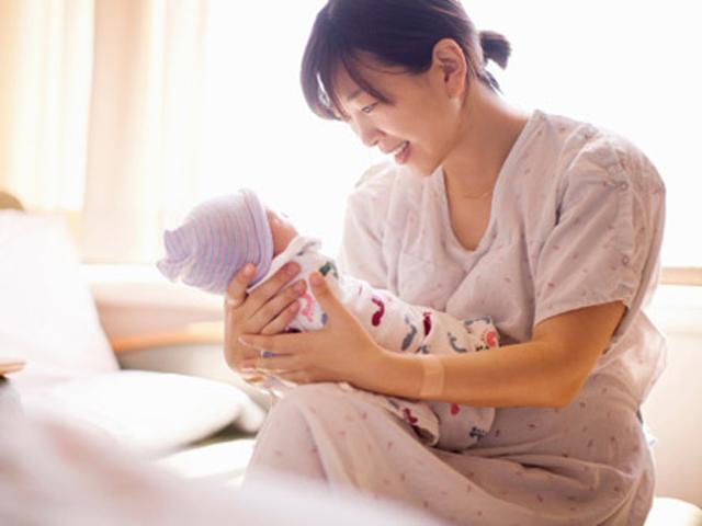 Thực hư việc bế thẳng đứng khiến trẻ sơ sinh vẹo cột sống và cách bế đúng