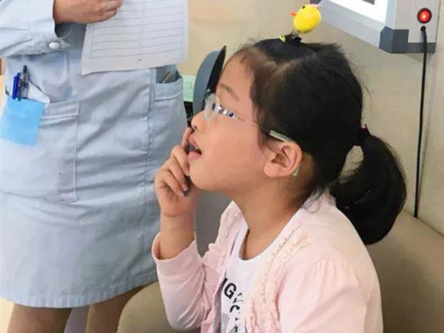 Bé gái 6 tuổi cận...12 độ, những thói quen tai hại cha mẹ để con làm cực kỳ hại mắt