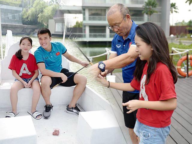 Danh tính bé Việt quyền lực được HLV Park dạy câu cá, đi thuyền với Bùi Tiến Dũng ở Indonesia