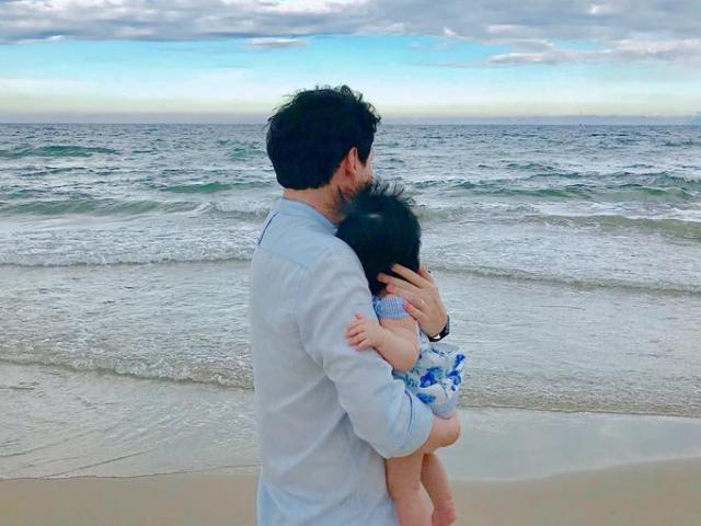 Đặng Thu Thảo gây sốt vì ảnh chồng ôm con bên biển: Hai tình yêu to nhất của mẹ Thảo