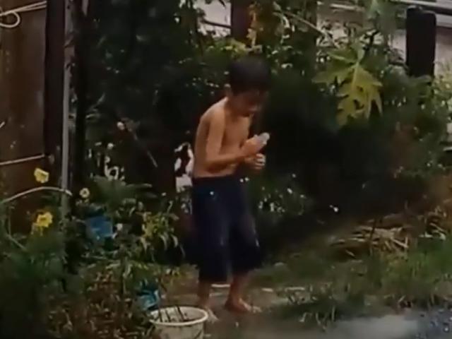 Nghỉ hè cày phim kiếm hiệp, em bé luyện công dưới mưa khiến dân tình cười ngả nghiêng