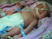 Bế con mới sinh về nhà, mẹ đặt lên giường rồi ôm mặt khóc vì lí do không ngờ