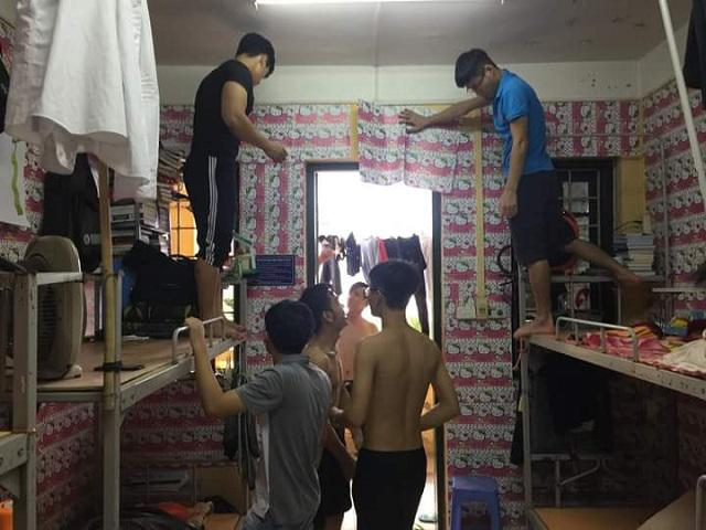 Cả KTX nam chia nhau đi khắp Hà Nội tìm giấy dán tường... Hello Kitty và cái kết hết hồn