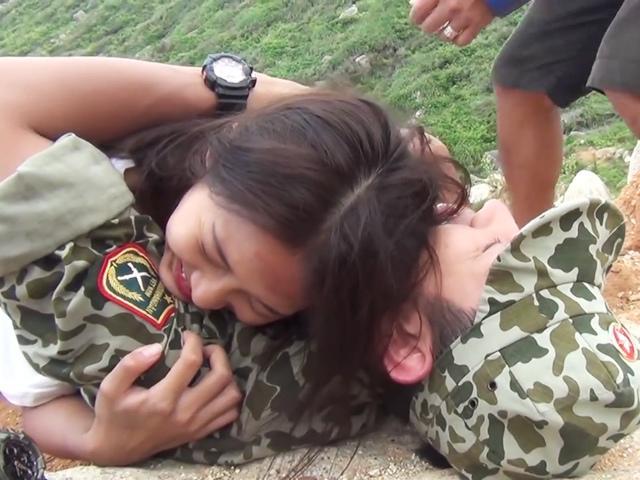 Bắt chước Song Hye Kyo có màn xe lao xuống núi, Khả Ngân bị bong gân vẫn hớn hở