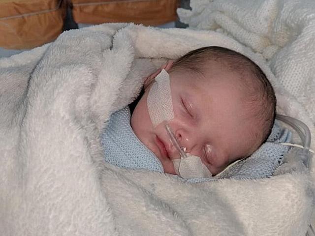 Con trai 11 ngày tuổi suýt tử vong, mẹ cảnh báo: Nếu có bệnh xin đừng hôn trẻ!