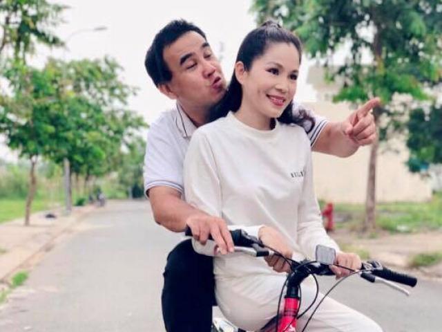 Kỷ niệm 13 năm ngày cưới, MC Quyền Linh đèo vợ đi dạo bằng... xe đạp