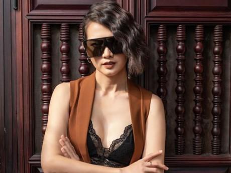 """Anh Thư mặc độc chiếc áo ngực """"dạy học"""" cho Khả Trang"""
