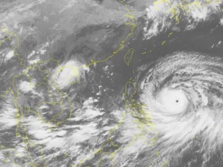 Siêu bão Mangkhut giật trên cấp 17 đang di chuyển thần tốc, khả năng đe dọa trực tiếp Bắc Bộ