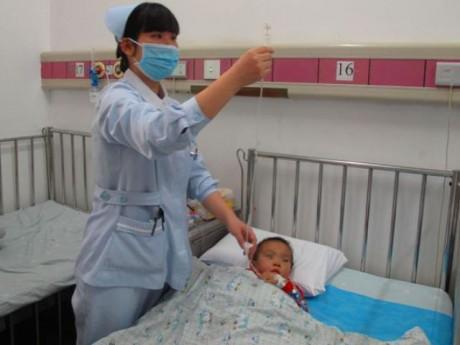 Bé 3 tuổi bị bại não dù tới 3 bệnh viện, cha mẹ cẩn thận với đồ ăn của con