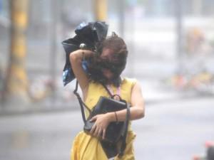 Siêu bão Mangkhut đổ bộ Hong Kong, người bị gió quật ngã như ngả rạ