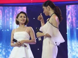 """Hoa hậu Hương Giang """"gây sốt"""" với thần thái cực vững khi song ca cùng cô gái hát """"ngang phè"""""""