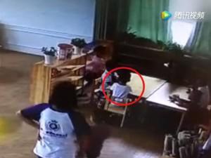 Con 4 tuổi tử vong sau bữa trưa ở trường, mẹ khóc ngất lúc biết sự thật khi xem camera