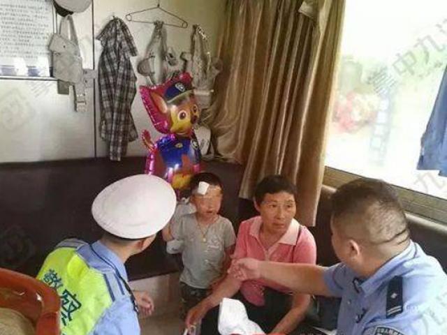 Xót thương bé trai 4 tuổi bị bỏ rơi bên đường, tay cầm chặt đơn ly hôn của bố mẹ