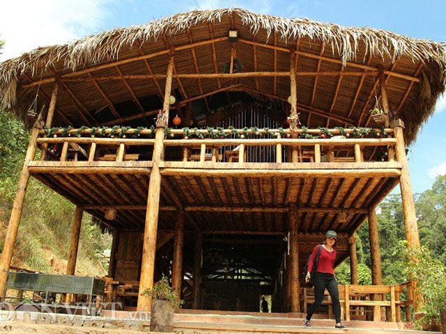 Cực độc đáo: Dựng nhà gỗ lớn giữa rừng, không cần dùng đến 1 cái đinh sắt