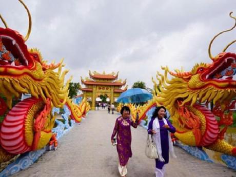 Cận cảnh đền thờ trăm tỷ được Hoài Linh xây để đón nghệ sĩ về giỗ Tổ