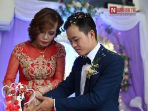 Cô dâu 62 tuổi không cầm được nước mắt, kể chuyện được mẹ chồng đối xử như con gái ruột