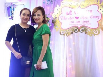 Bạn bè, hàng xóm chúc phúc cho cô dâu 62 tuổi lấy chồng 26 tuổi