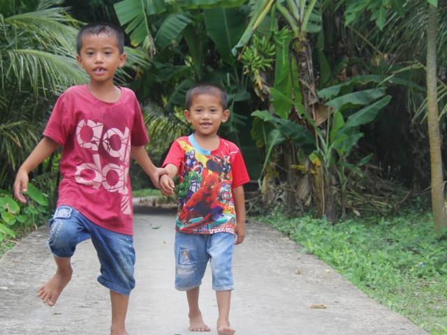 Mẹ bỏ theo người khác, hai đứa trẻ lên 7 ngày ngày xách cơm vào viện chăm bố bệnh nặng