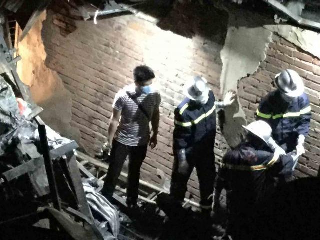 Vụ cháy trên đường Đê La Thành: Trắng đêm tìm kiếm thi thể nạn nhân