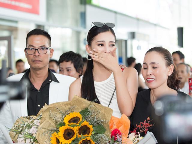 Hoa hậu Việt Nam 2018 Tiểu Vy bật khóc trong vòng tay ba mẹ khi trở về Hội An