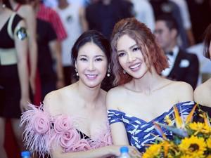 Siêu mẫu Anh Thư, Hà Kiều Anh đọ vẻ gợi cảm với váy trễ vai
