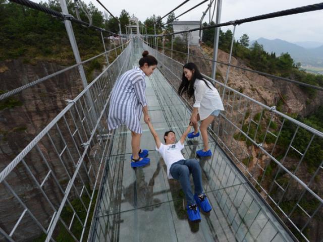 Những phản ứng cười ra nước mắt của du khách khi đi cầu kính trong suốt ở Trung Quốc