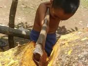 Làm mẹ - Cảm phục cách cậu bé cụt tay cầm chắc rìu đốn gãy cây gỗ lớn