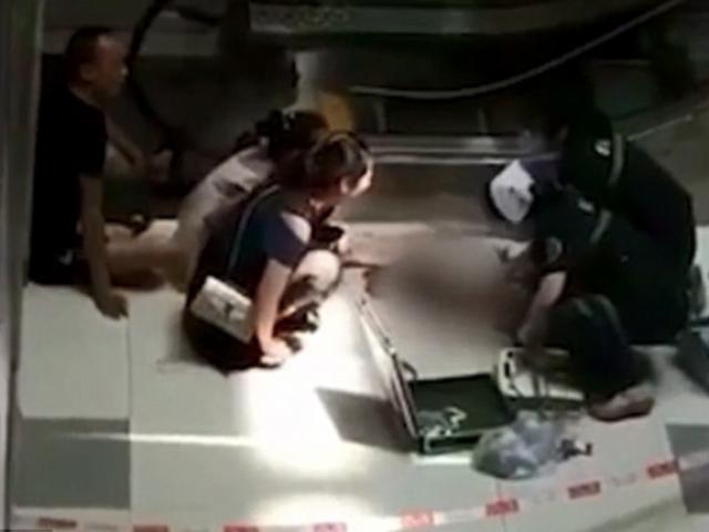 Bố mẹ mải ngồi ghế mát xa, con trai 3 tuổi ngã thang cuốn tử vong cách đó vài mét