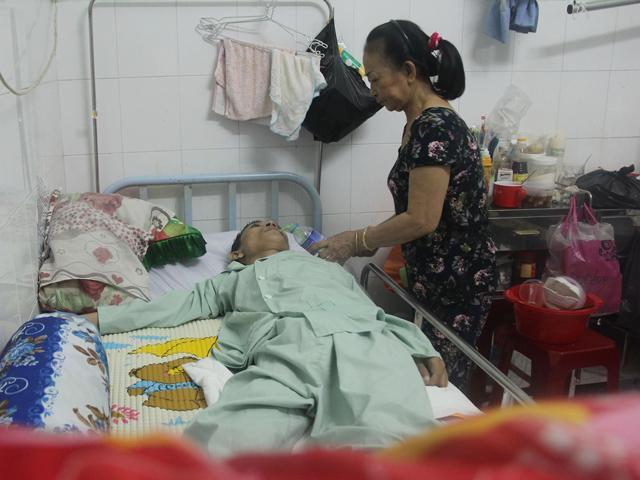 Nước mắt lại rơi của người mẹ nghèo có con trai liệt nửa người suốt 2 năm nằm bất động