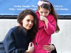 Chuyện giờ mới lộ: Katie Holmes sẽ không được nuôi Suri nếu nói xấu giáo phái của Tom Cruise